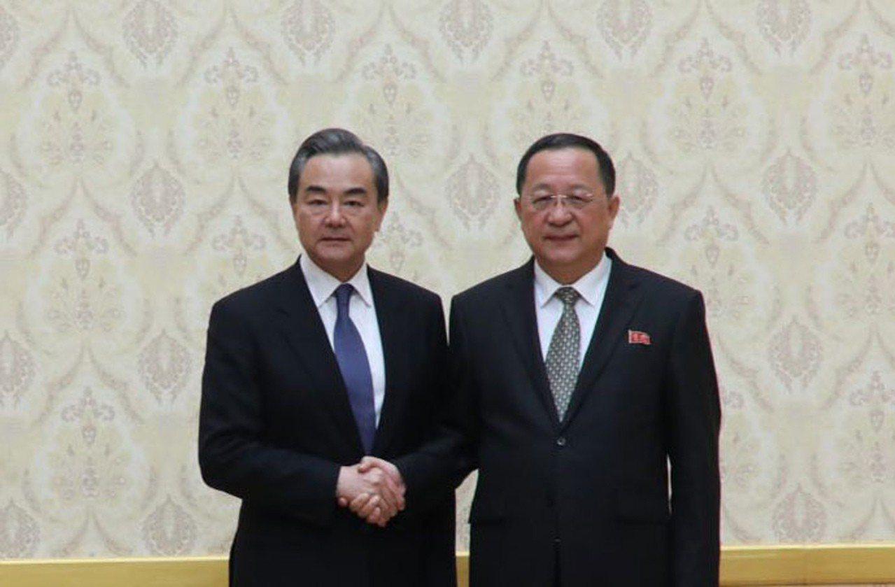 中國國務委員兼外交部長王毅(左)2日抵達平壤,展開2天北韓訪問行。他與北韓外交部...