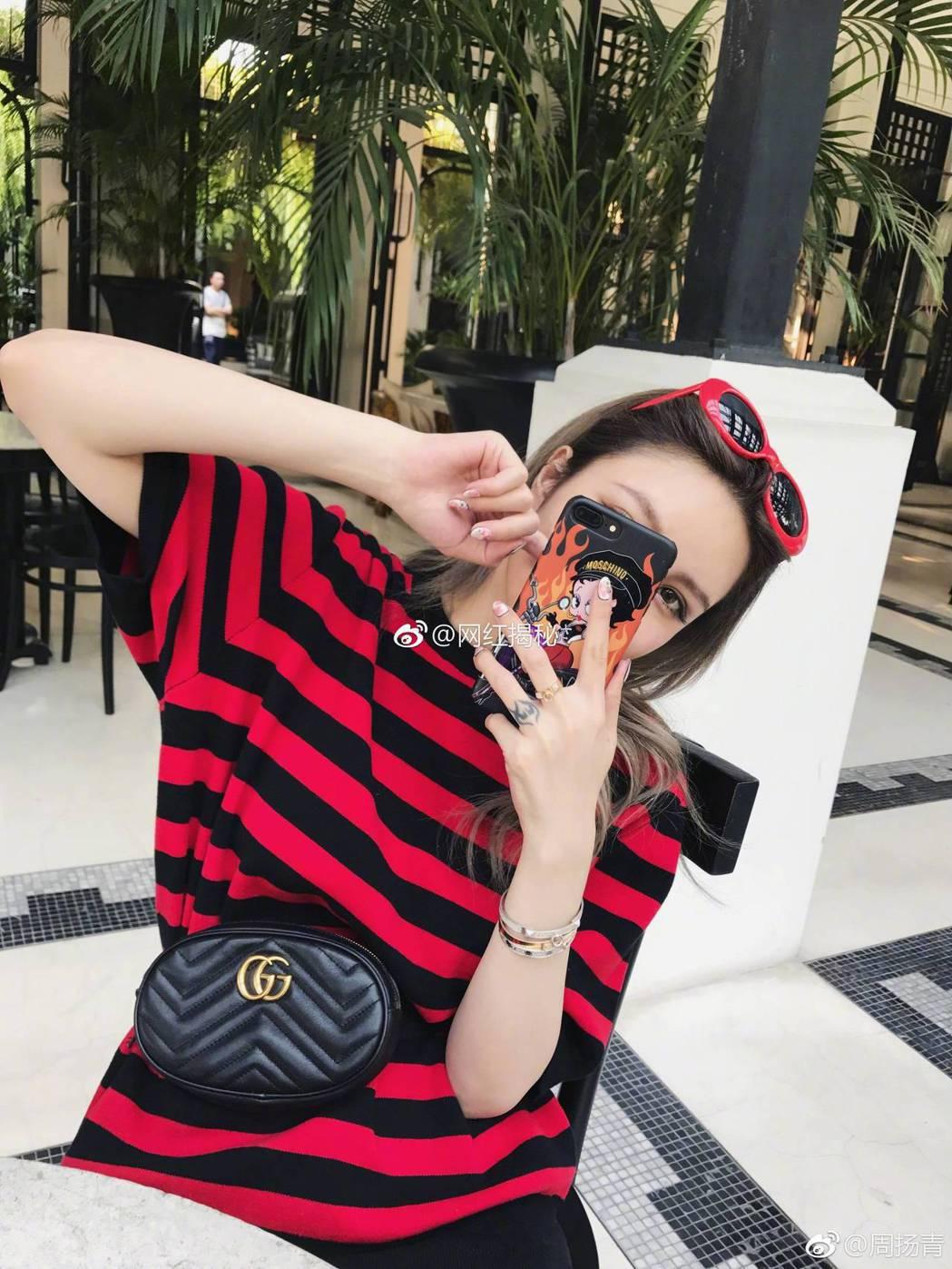 周揚青這款黑色腰包被網友指是假貨。 圖/擷自微博