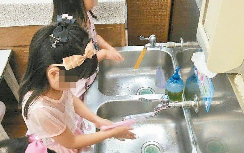 洗手台的水不用抹布,可用刮刀擦乾。示意圖,報系資料照