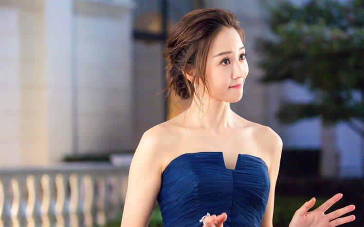 張鈞甯在新劇《温暖的弦》意外穿上山寨版禮服。圖/擷自微博