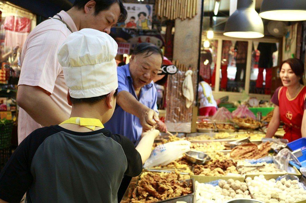 小學生參訪傳統市場,學到許多食物相關知識,「雞原來有2隻腳」、「吃魚前要除去鱗片...
