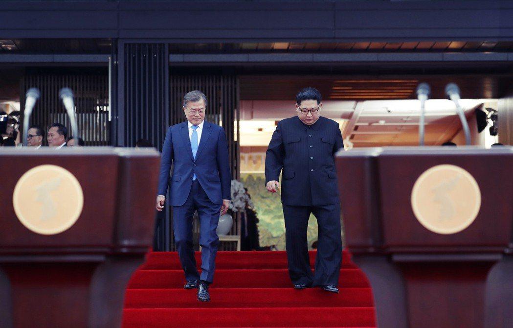 下午5點58分,文、金一同簽署《為促進韓半島和平、繁榮、統一的板門店宣言》,並在...