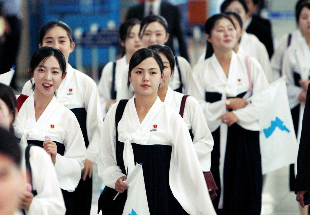 過去在2005年,盧武鉉執政時期,李雪主(中)就曾以北韓應援團隊員身分,參與仁川...