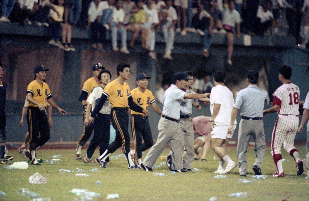1991年6月14日,龍象大戰因觸身球與兄弟象帝波以釘鞋剷傷龍隊郭建霖,進而引發...