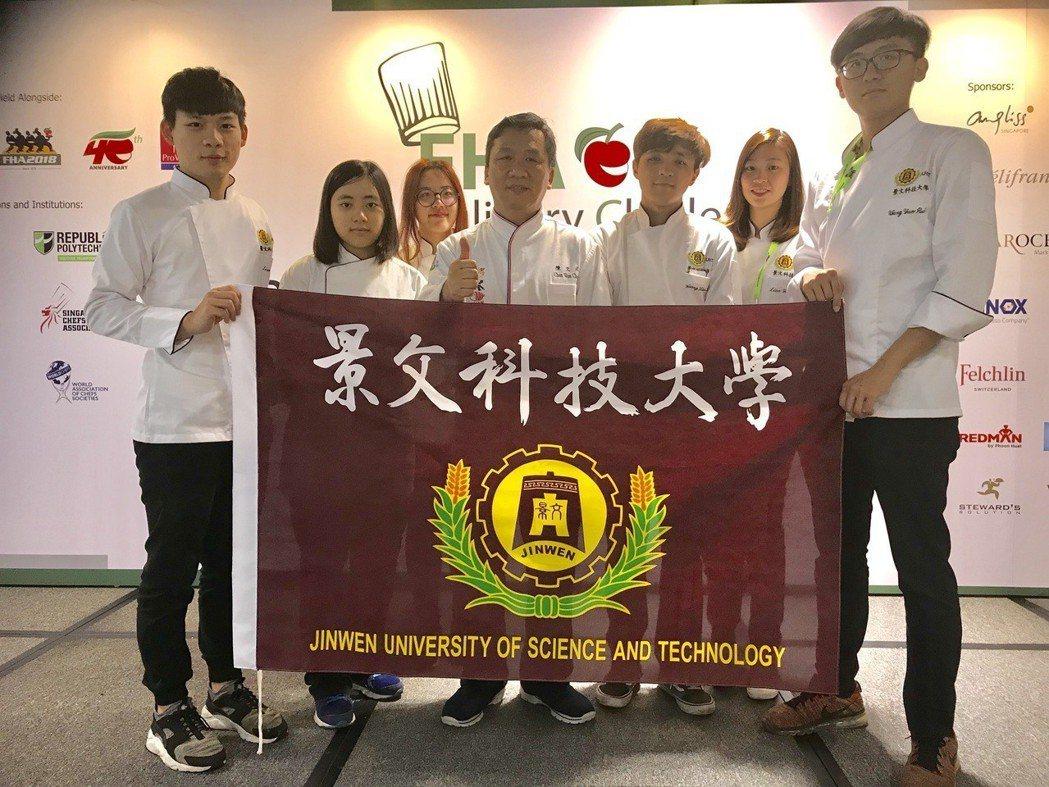 烘焙類競賽由陳文正老師(中)帶領廖正宇、劉姿伶、黃孝臻、廖宇鳳四位選手參加。