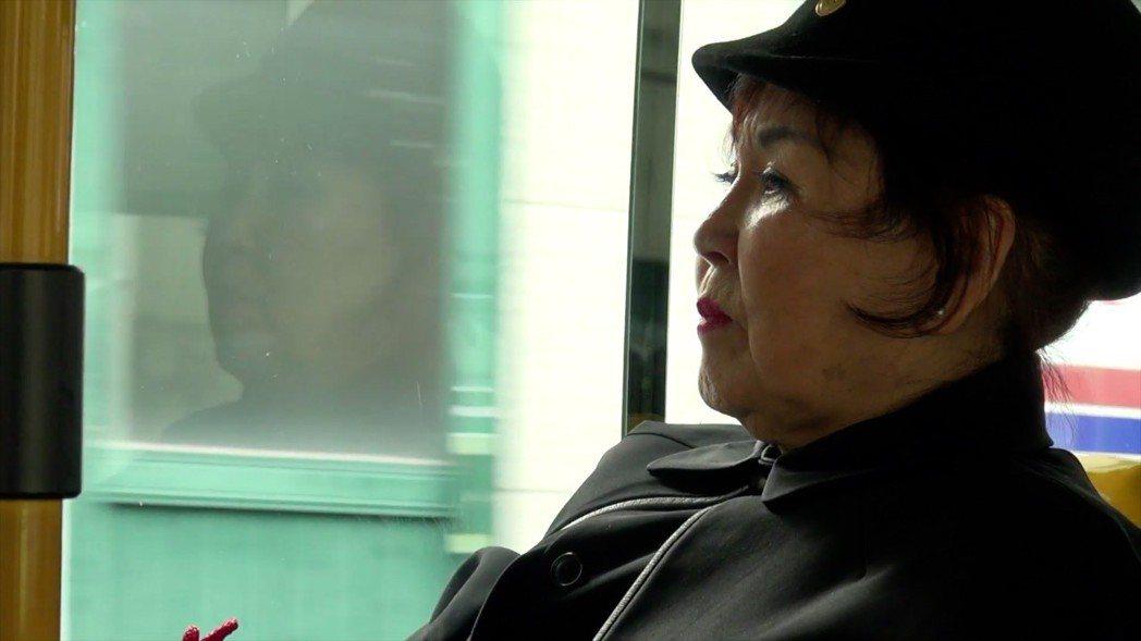 導演在搬了第14次家之後,在弘恩洞認識的老太太,年輕時開了一間美容護膚學院,如今...