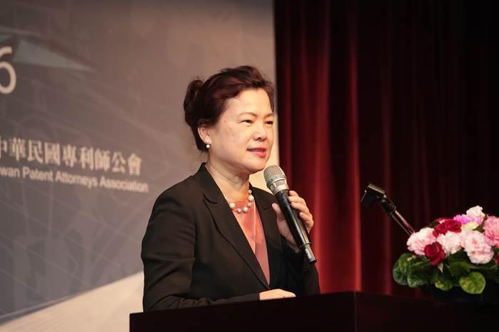 圖二、經濟部常務次長王美花以「前任智慧財產局局長」身份前來祝賀。