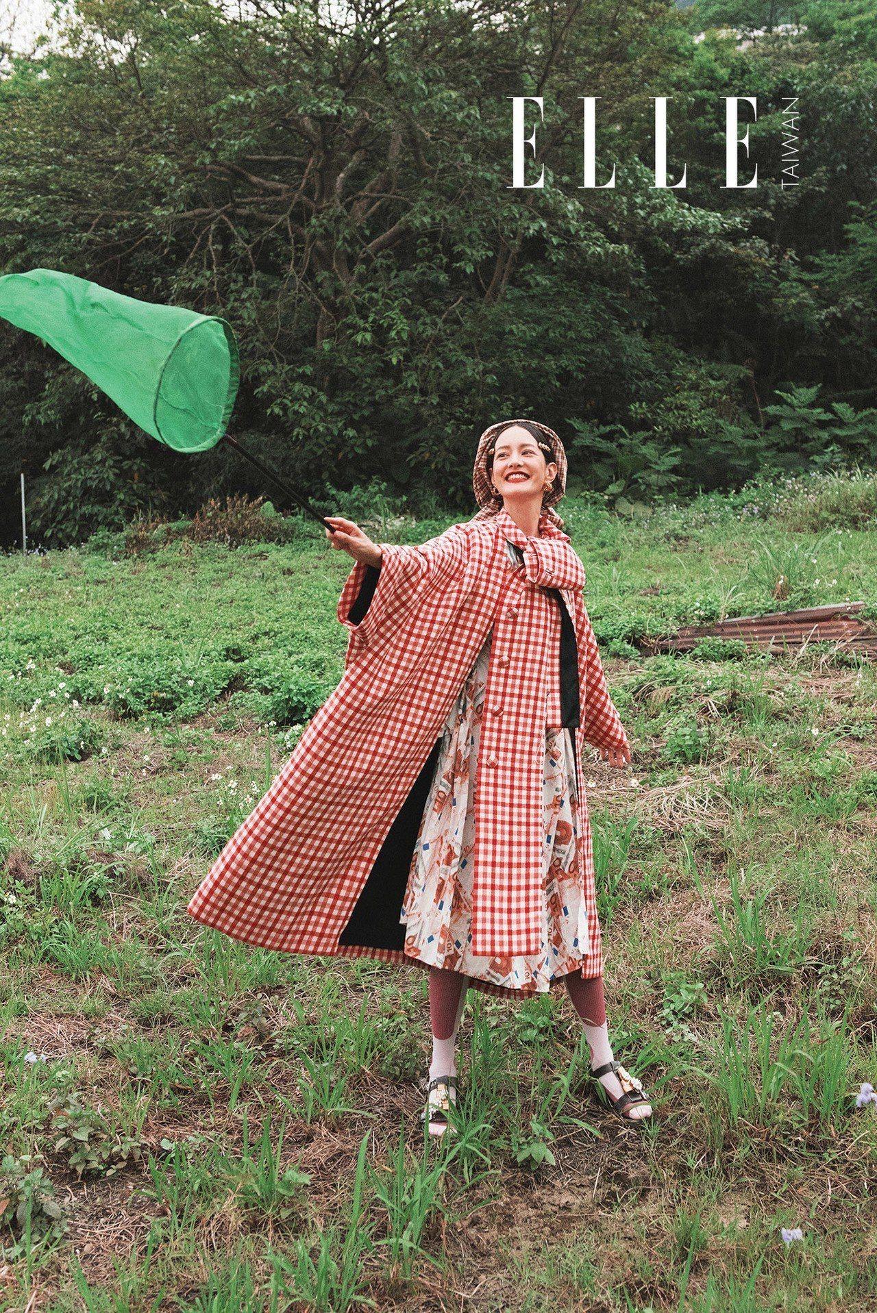 紅色格紋大衣外套、鈔票印花洋裝(BOTH BY BALENCIAGA);金色髮夾...
