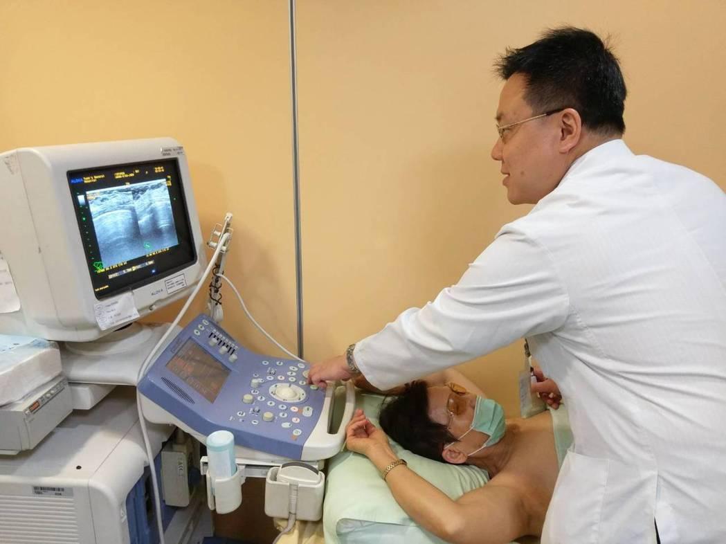 乳房外科主治醫師黃奕達為病患進行超音波檢查。圖/阮綜合提供