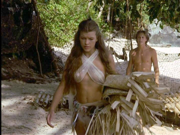 蜜拉喬薇娃琪在「重回藍色珊瑚礁」的戲服非常清涼。圖/摘自imdb