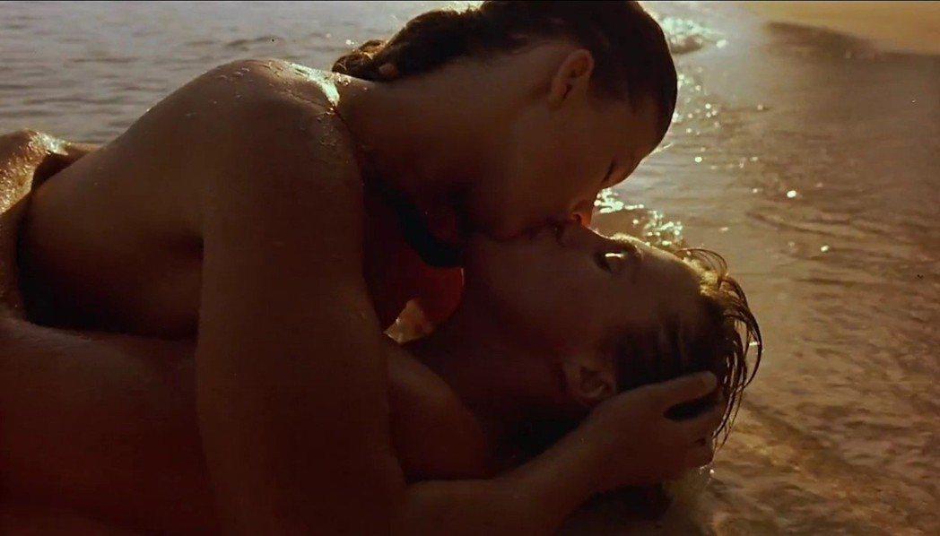 蜜拉喬薇娃琪與布萊恩克羅斯有好幾場激情戲。圖/摘自imdb