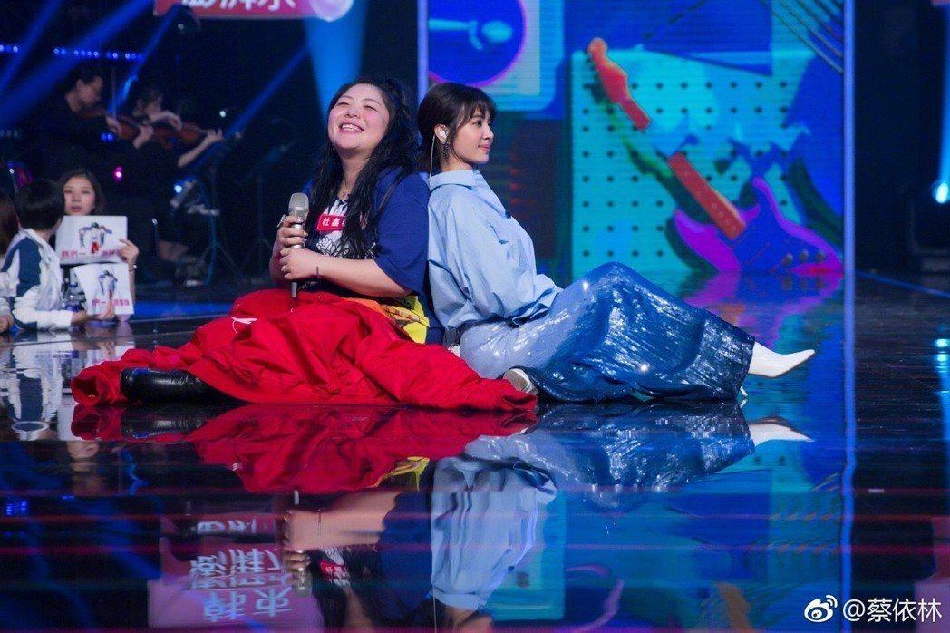 蔡依林(右)與粉絲對唱時表情豐富。圖/摘自微博