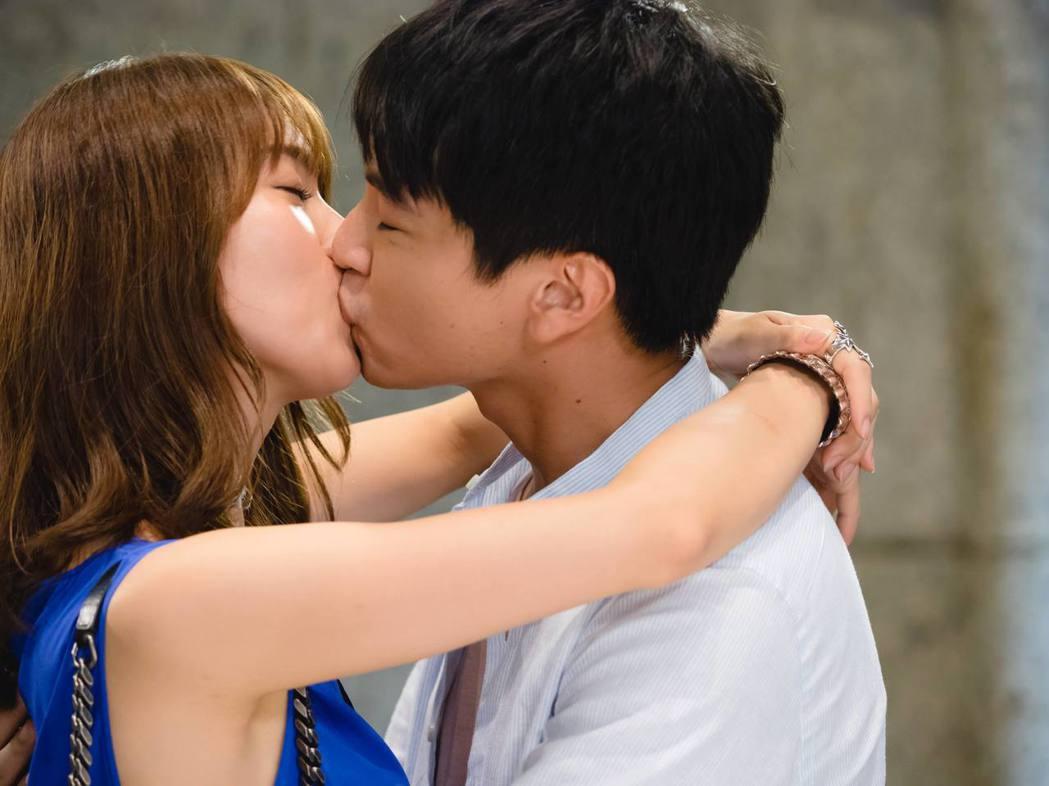 池端玲名(左)和楊銘威拍吻戲擔心方志友不開心。圖/緯來電影台提供