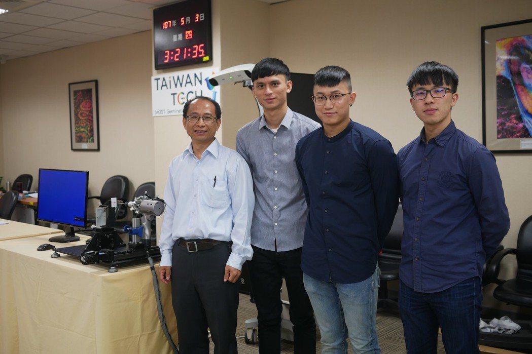 台灣大學生機系副教授顏炳郎(左)研發的「微創骨科手術機器人輔助系統」3年前在科技...