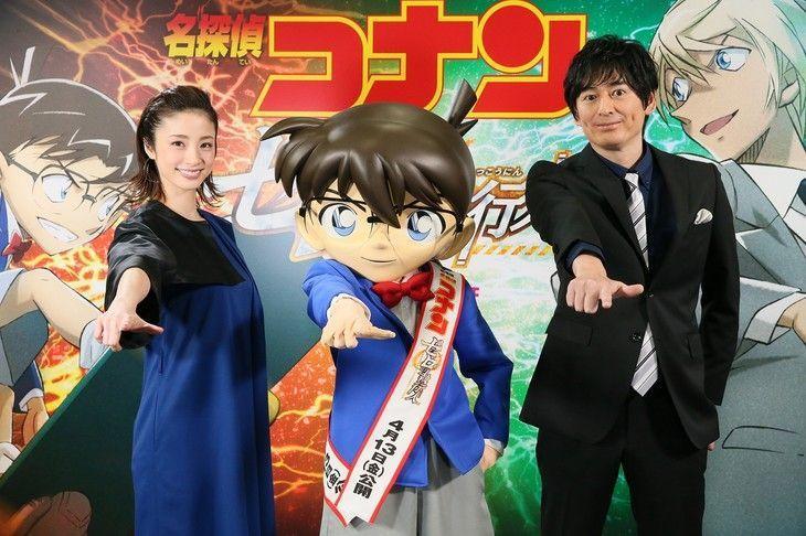 日本當紅女星上戶彩(左)睽違12年後再次為名偵探柯南劇場版獻聲,旁為演員博多大吉