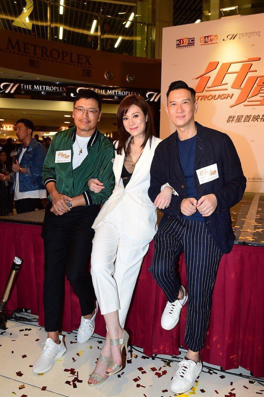 張家輝(右)與「低壓槽」主要演員苗僑偉(左)、張可頤。圖/華映提供