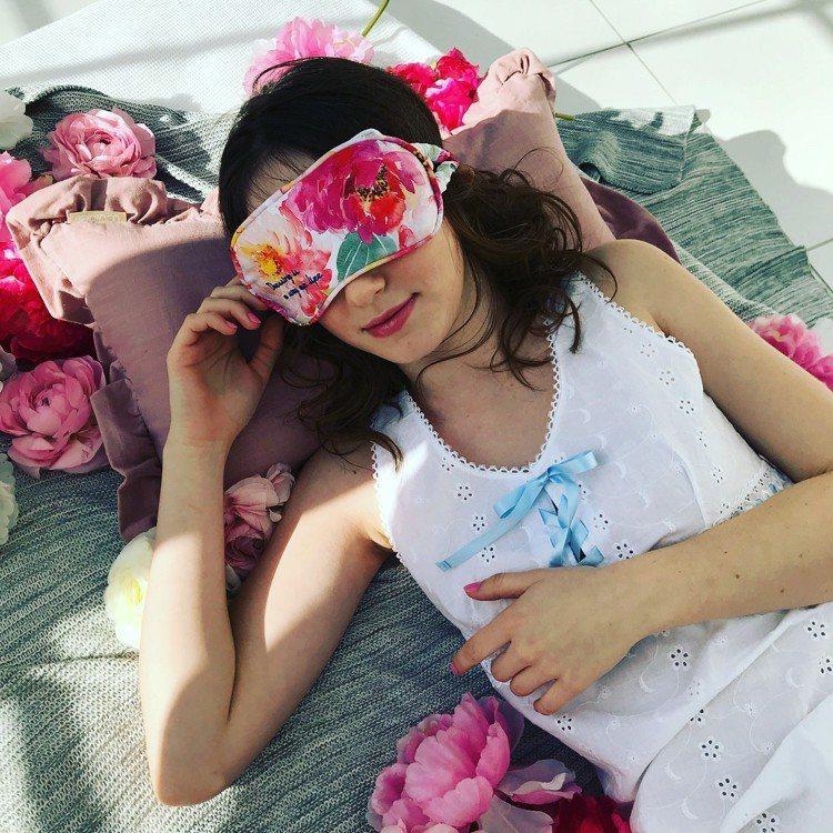 Lourdes充電式溫熱眼罩牡丹花限定款,售價1,980元。圖/台隆手創館提供
