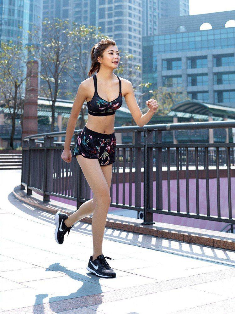 EASY SHOP RUN無鋼圈防震運動內衣,售價990元,褲子售價490元。圖...