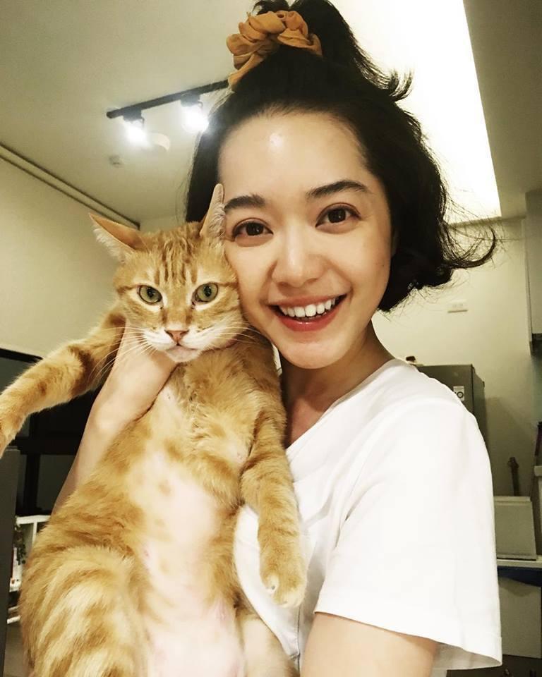 藍雅芸和愛貓。圖/摘自臉書