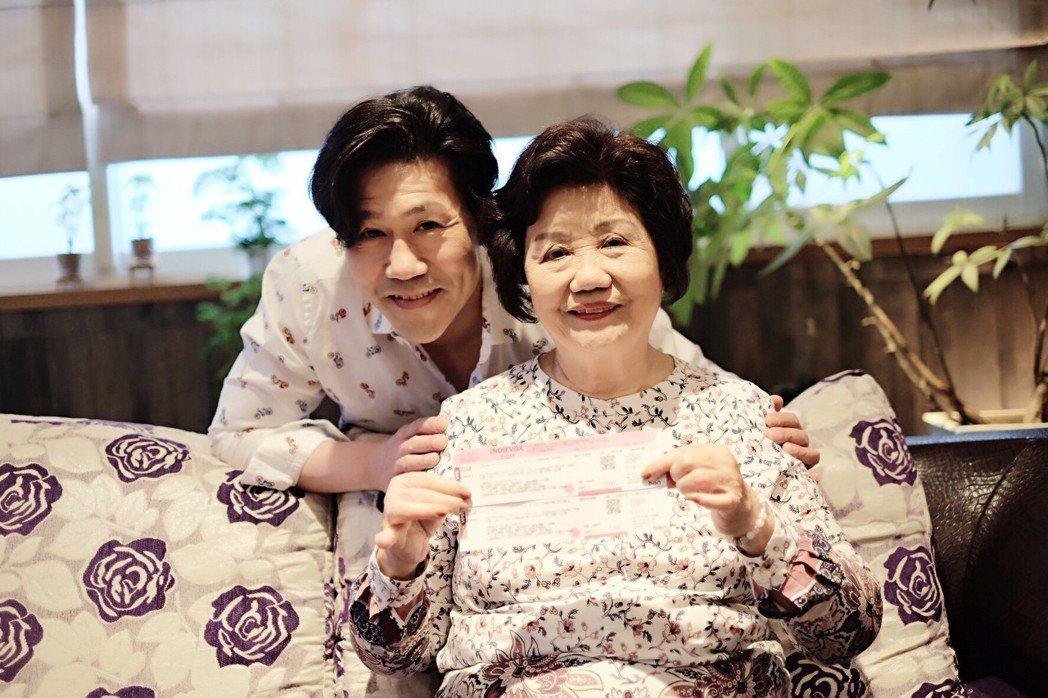 羅時豐與媽媽。圖/海蝶唱片提供