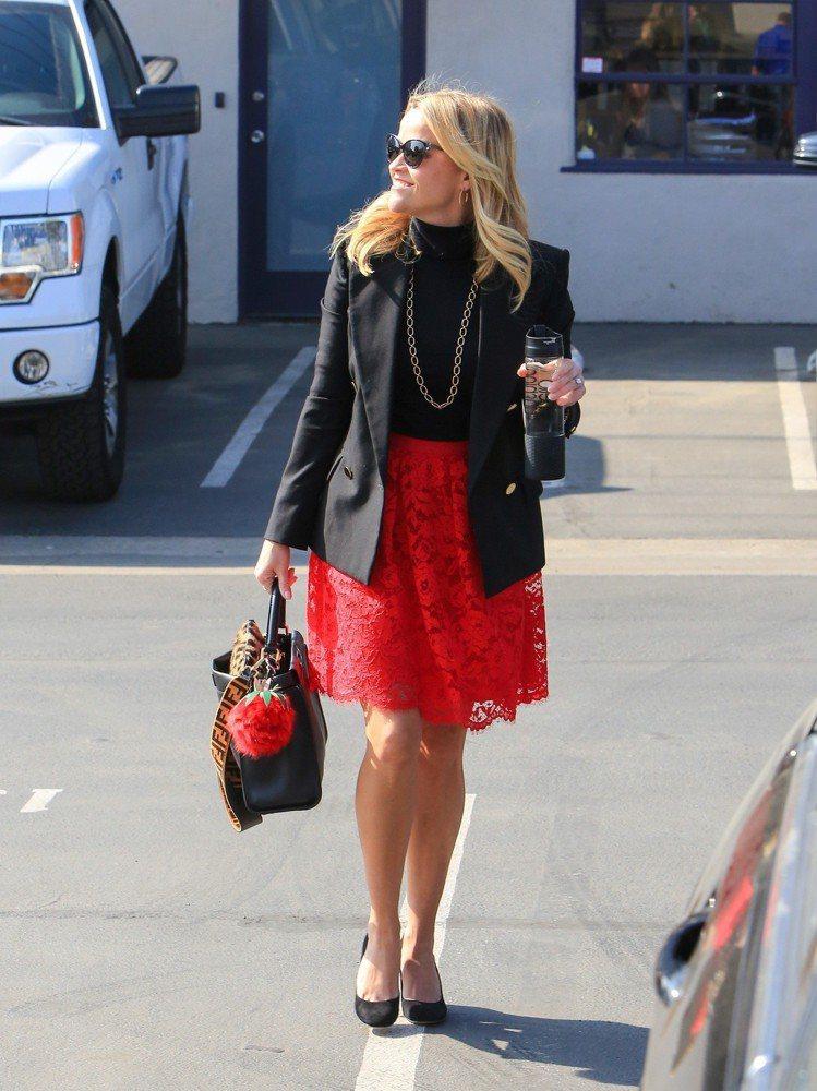瑞絲薇絲朋以紅色FENDI Fruits鳳梨和紅裙呼應。圖/FENDI提供