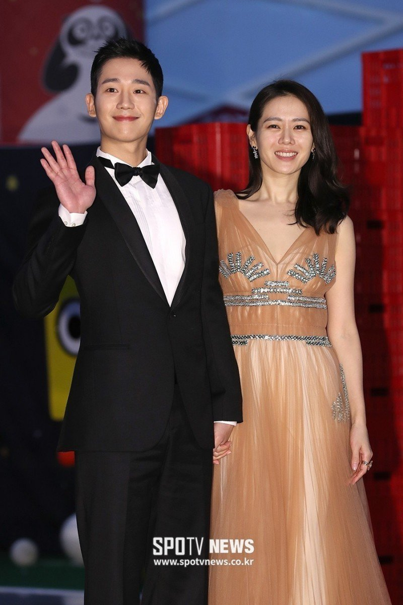 孫藝珍(右)和丁海寅一起出席百想藝術大賞。圖/摘自SPOTV NEWS
