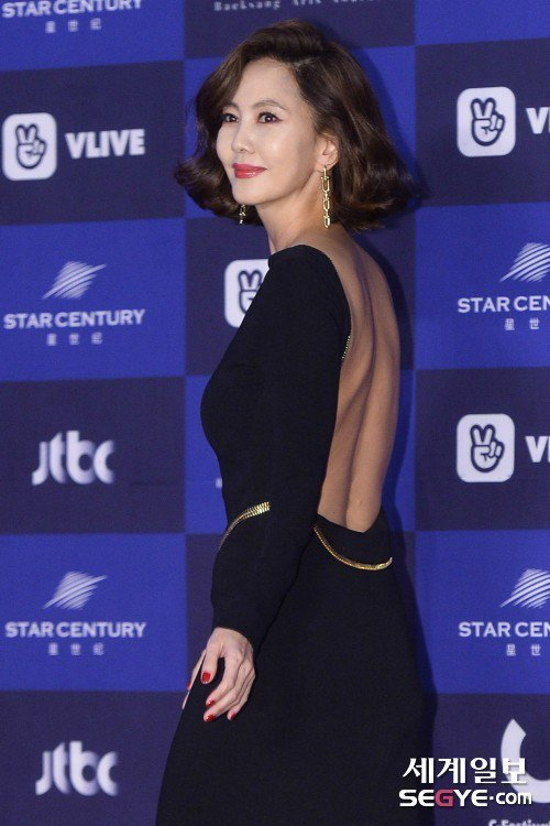 金南珠秀穿黑色洋裝,秀出美背。圖/摘自世界日報