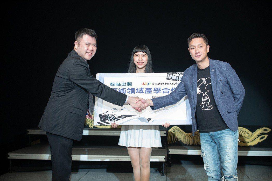 謝祖武(右)將參與12年國教新綱藝術領域國中教材的編撰。圖/城市科大提供