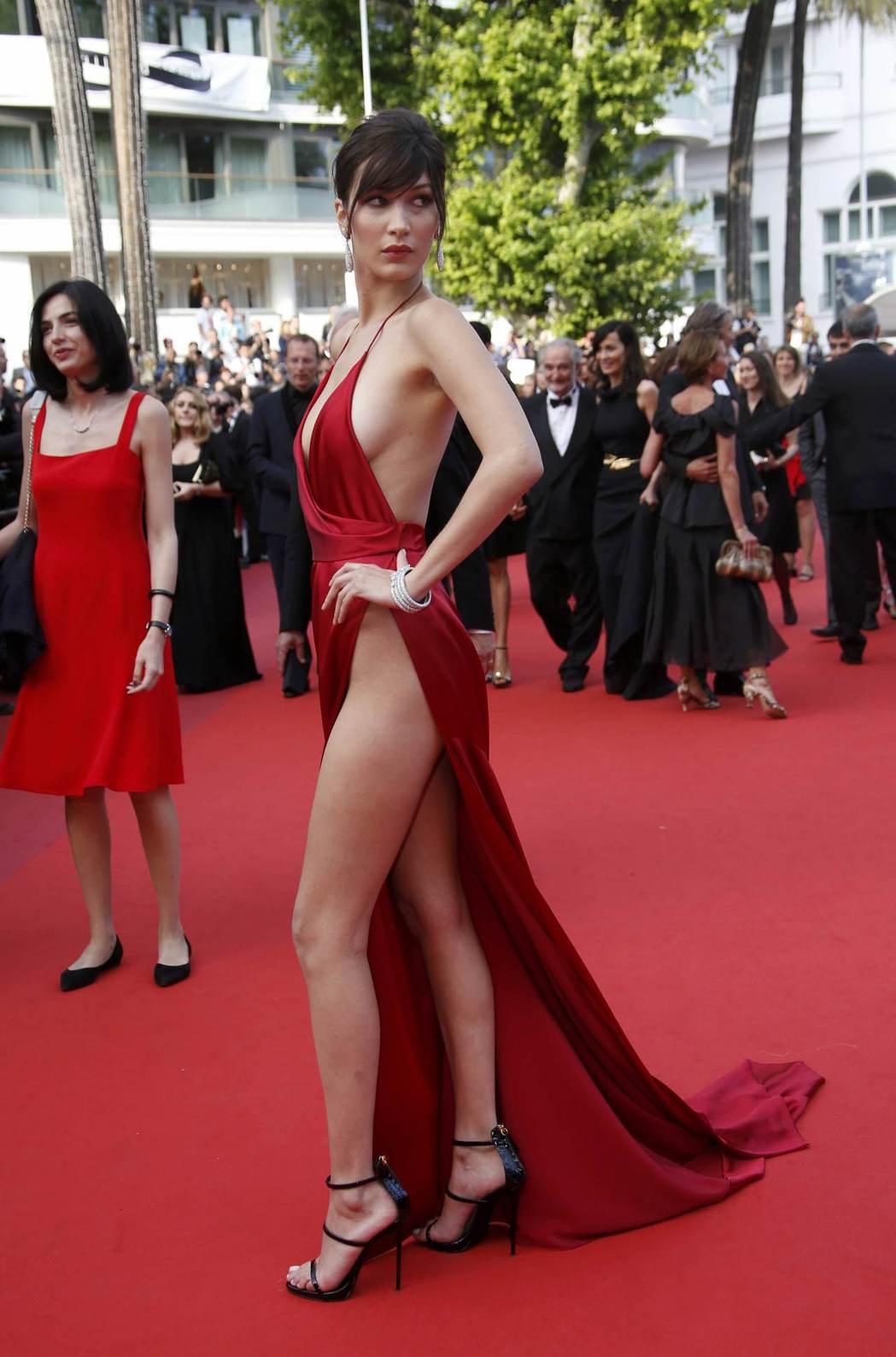 模特兒貝拉哈蒂德在兩年前的坎城影展上就曾經穿著清涼養眼的服裝,吸引媒體關注。圖/...