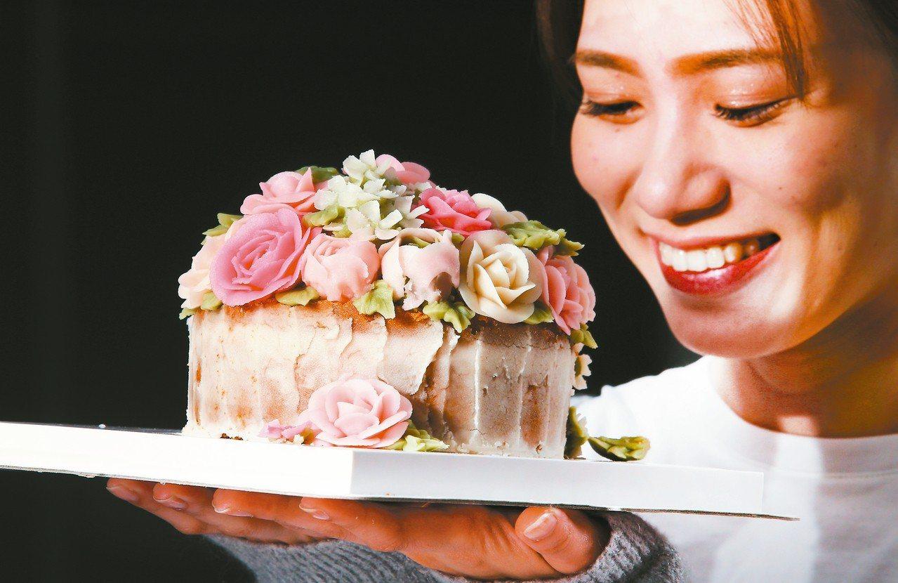 小草堂「手工凡爾賽玫瑰豆乳霜擠花蛋糕」6吋3,280元。 記者陳正興/攝影