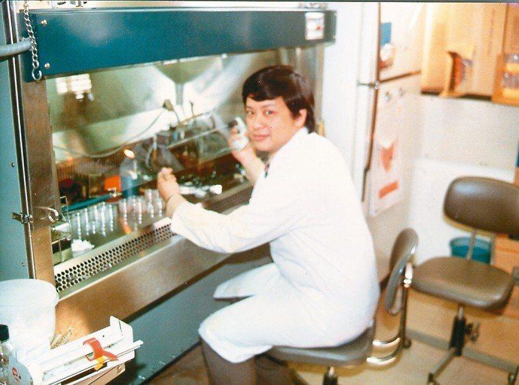 唸博士班時,林肇堂在實驗室進行單株抗體研究。 圖/林肇堂提供
