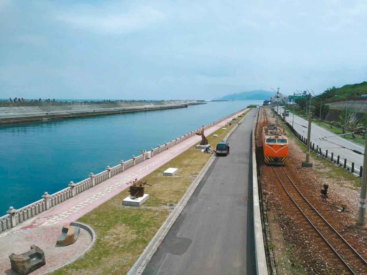 花蓮港內港航道親水遊憩區步道,可看到精彩的環境藝術作品。 圖/花蓮港務分公司提供