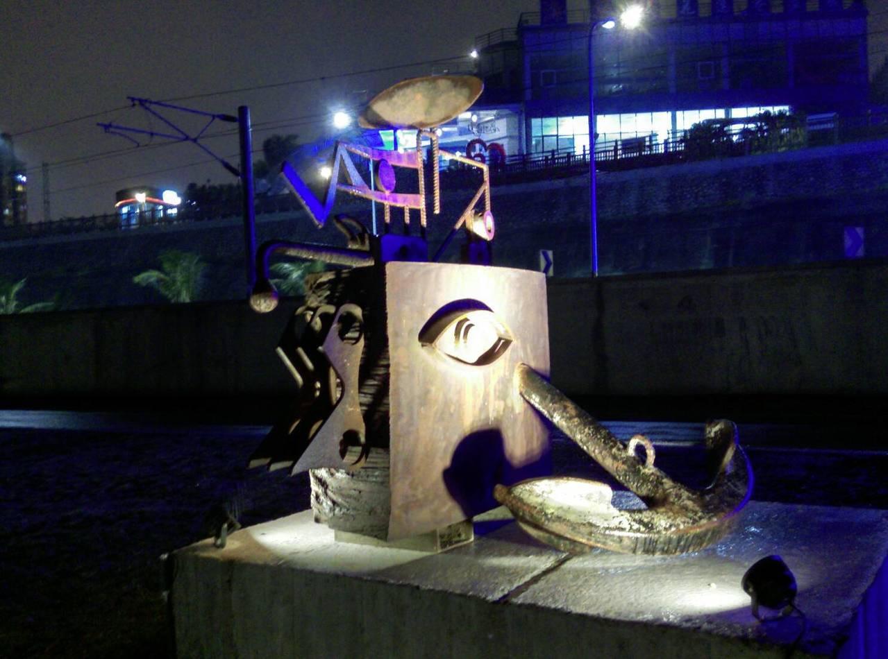 藝術家上山利用港務公司提供廢鐵材料與專業技師,共同協力完成具有海港意象的作品「鄉...