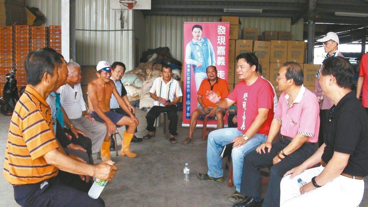 吳育仁(右三)昨天與中埔鄉的農民面對面座談,聆聽農民的心聲。 記者謝恩得/攝影