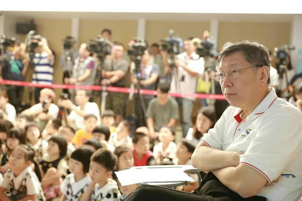 前瞻計畫爭議鬧得沸沸揚揚,台北市長柯文哲演講時批高雄市舉債過多,債留子孫,引發高...