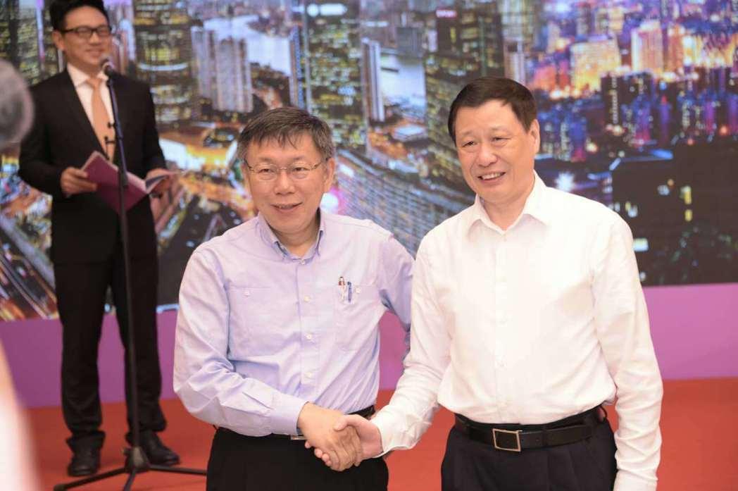 2017年台北、上海雙城論壇,台北市長柯文哲(左)和上海市長應勇致詞時,都不約而...