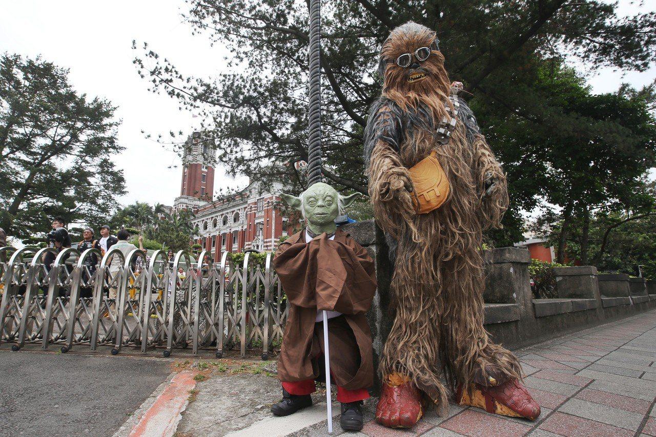 國際星戰日,星戰迷扮成尤達大師(左)與丘巴卡(右)參訪總統府。記者楊萬雲/攝影