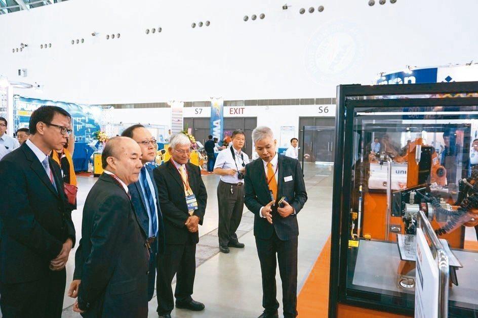 台灣庫卡執行長邱崇勛(右)為參觀貴賓解說先進的機器人功能。 金萊萊/攝影