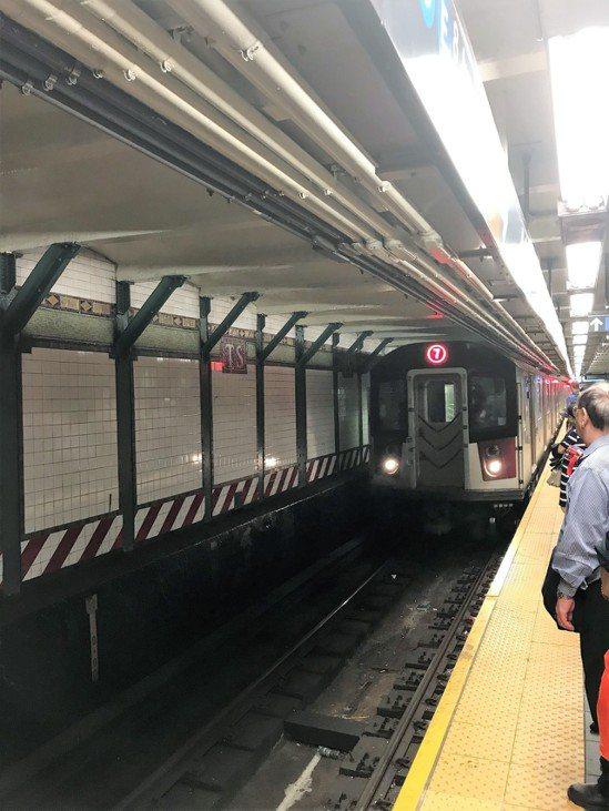 國會眾議員克勞利等宣布法拉盛生命線的地鐵7號線終將翻修。 世界日報記者朱蕾/攝影