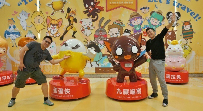 高竹誼(左)與張建凱兩人在台北地下街與各式動漫大型公仔「互動」。 徐谷楨/攝影
