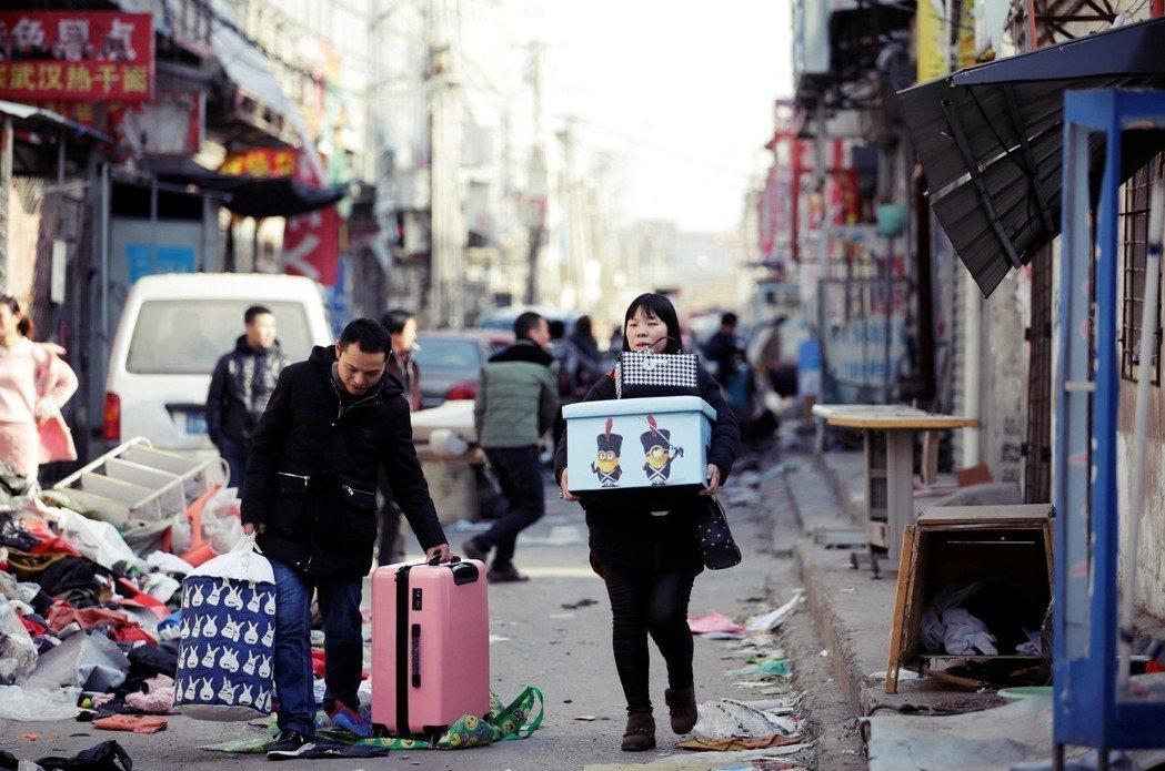 家在哪裡?警察驅離「低端人口」,就像貓抓老鼠一樣。圖為2017年11月,北京大興...