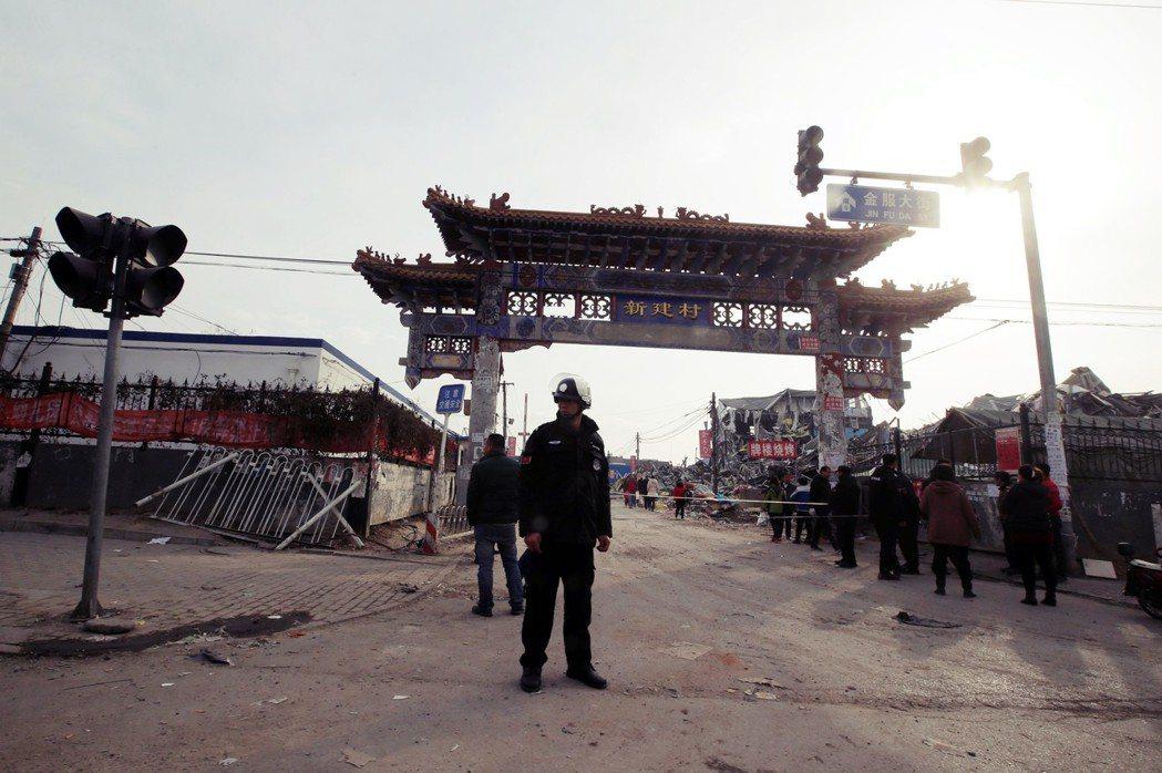 新建村的聚福緣公寓火災,造成19人死亡、8人受傷。警方強力清退,一周後,新建一村...