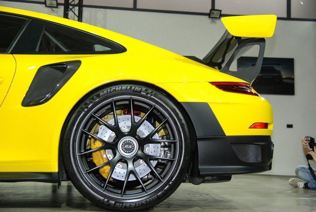 911 GT2 RS 採用該車系最寬的前265/35 ZR 20、後325/30...