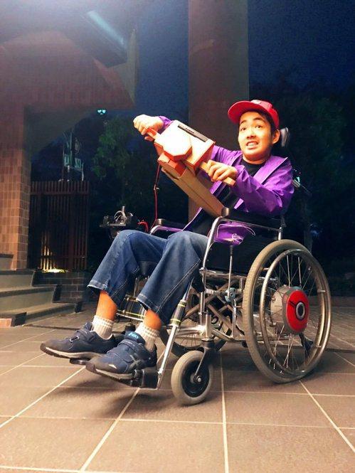 日本網友TAKERU的兒子玩得相當開心。圖/截自推特