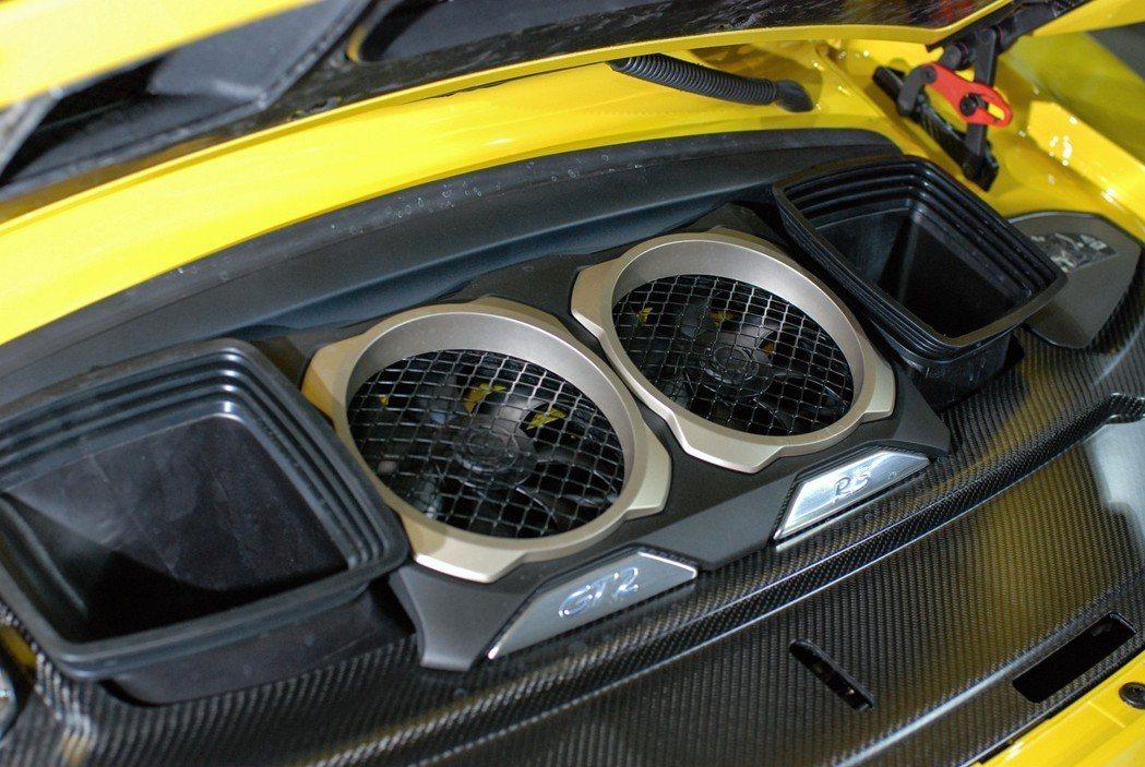 911 GT2 RS的3.8 升水平對臥雙渦輪引擎在兩具VTG可變幾何加持下,最大馬力達到700匹/76.48公斤米。 記者林鼎智/攝影