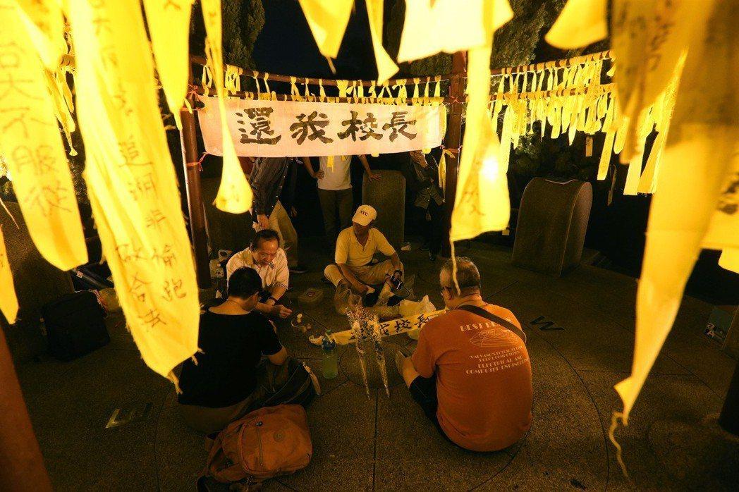 部分民眾與教授聚集在綁著挺管黃絲帶的台大傅鐘下聲援管中閔。 圖/聯合報系資料照