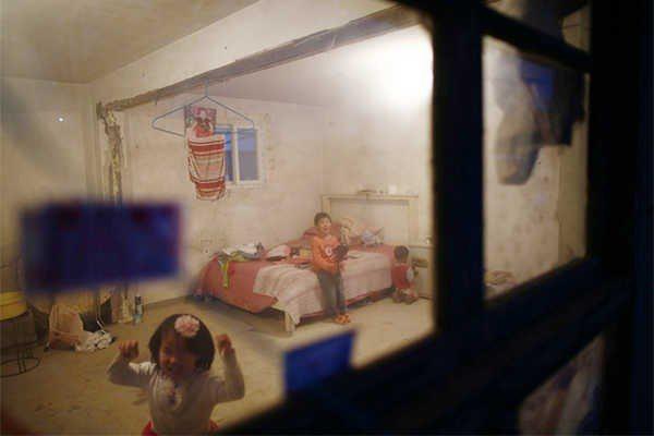 父母出門掙錢時,孩子們就在地下房裡自己玩耍。圖片提供:達志影像