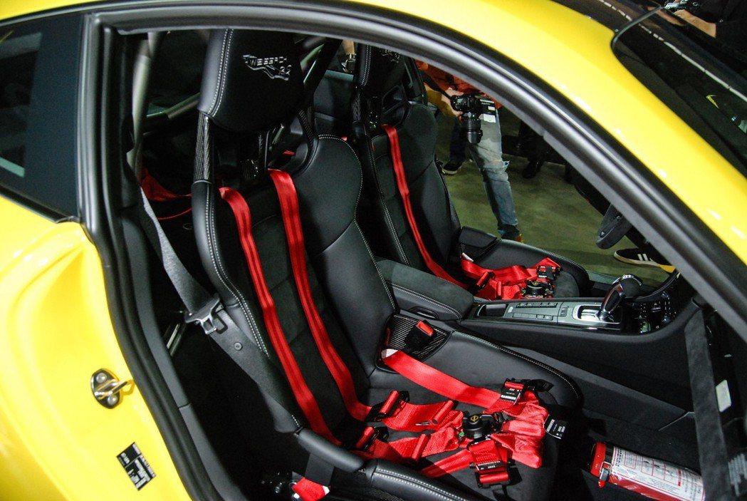 Porsche 911 GT2 RS 車市採用大量麂皮材質,兩張桶型賽車椅與六點式安全帶更具熱血氛圍。 記者林鼎智/攝影