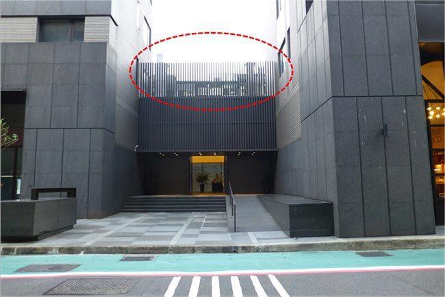 大樓正門設置於巷道,後側雖有隔柵遮掩,房價依舊偏低