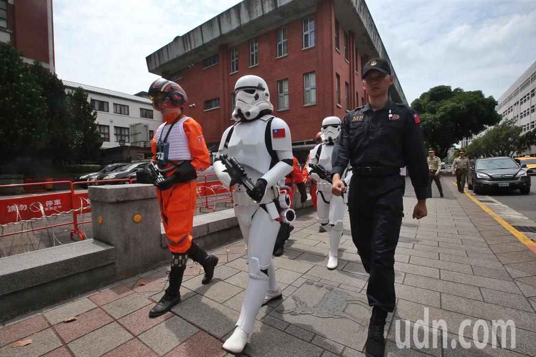 星戰迷裝扮成風暴兵與總統府衛兵交接。記者楊萬雲/攝影